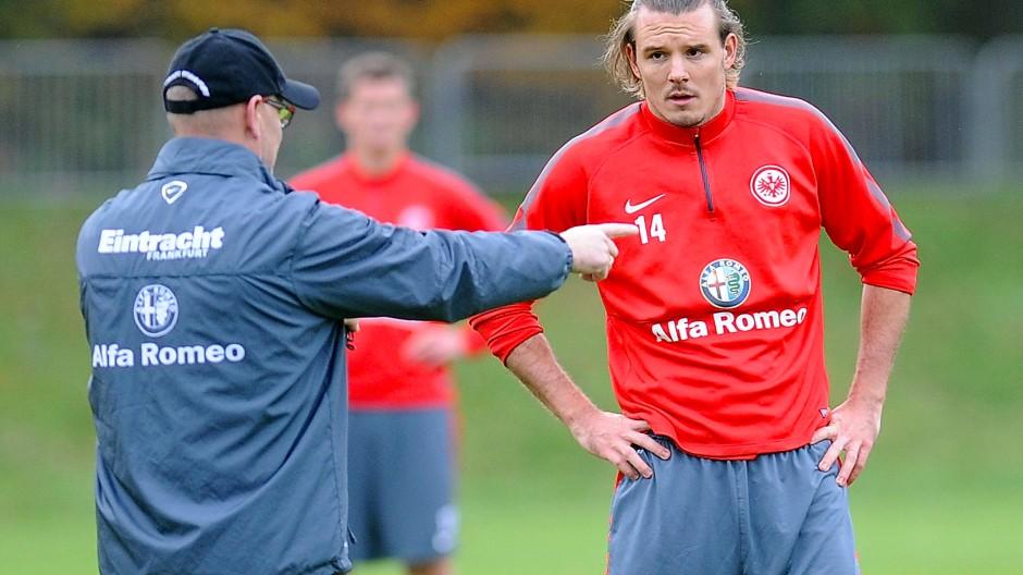 Richtungskompetenz: Trainer Thomas Schaaf macht nicht nur Alexander Meier ganz deutlich, wo es langzugehen hat.
