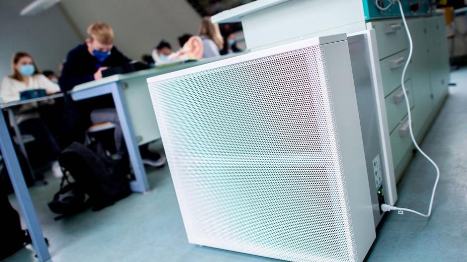 Gegen Keime und Viren: ein Luftfiltergerät in einer Schule