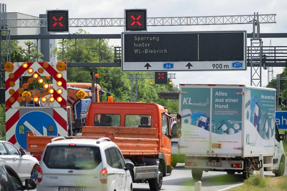 Wartestand: Kraftfahrer vor der gesperrten Salzbachtalbrücke in Wiesbaden
