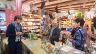 Papier statt Plastik: Von Geschäftsinhaberin Anna-Sophie Schwabe erfahren die Teilnehmer der Hofheimer Händlertour, womit sich Tüten ersetzen lassen.