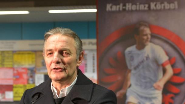 """""""Säulen der Eintracht"""" -  Präsentation mit ehemaligen Spielern an der U-Bahn Station am Willy-Brandt-Platz."""