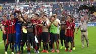 Pokal ist Pokal: Die Eintracht siegt im Frankfurt Main Finance Cup 2014. In der ersten Reihe klatschen die Neuzugänge Piazon und Valdez (rechts).