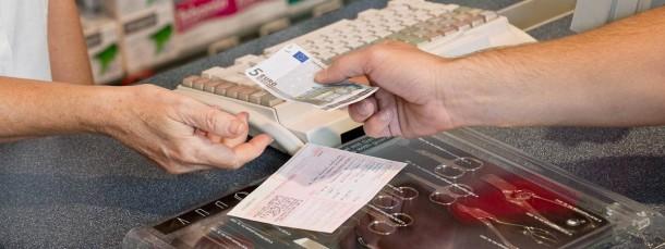 Zahltag: Weil Festbeträge gesenkt wurden, müssen Versicherte jetzt öfter zuzahlen.