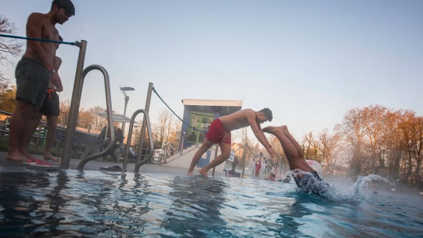 Früh-Schwimmer eröffnen Freibadsaison bei Sonne und 7 Grad
