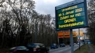 Seit mehr als einem Jahr dürfen nur noch Autos mit grüner Plakette in die Frankfurter Umweltzone - inwieweit dies der Luftreinheit dient, ist umstritten