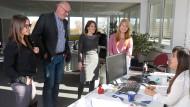 Multikulti: Microbox-Chef Stephan Welp im Kreise von Mitarbeiterinnen aus verschiedenen Ländern