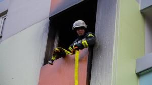 Bewohner über Balkone und Drehleiter gerettet