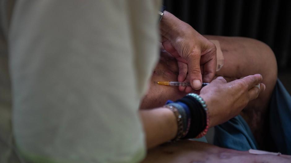 Abhängig: Eine Frau spritzt sich Drogen.