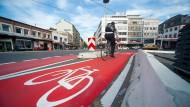Rollbahn: Auf dem Münsterplatz in Mainz haben alle Radfahrer eigene Spuren.