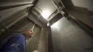 Inspektor im Aufzugsschacht
