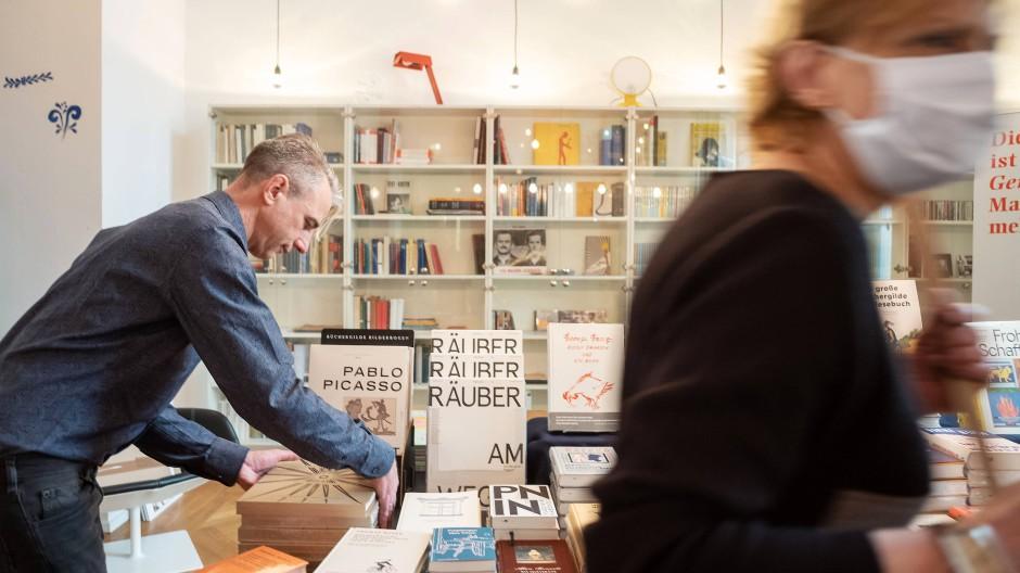 """Büchertisch: Silvio Mohr-Schaaff, Marketingleiter der Büchergilde, im Raum """"Gesammelte Untertreibungen"""""""