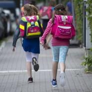 Vorwärtsdrang: Zwei Schüler auf dem Weg zurück in den Regelunterricht in Frankfurt