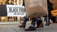 Ansichtssache: Die einen demonstrierten am sogenannten Black Friday, die anderen gingen shoppen – und letztere waren viele.