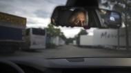 Alles sehen, ohne selbst gesehen zu werden: Ein Privatdetektiv verbringt viel Zeit im Auto.