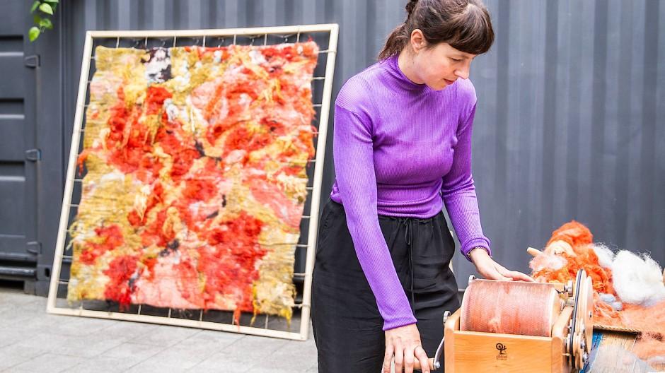 Filzwerk: Die Künstlerin Stefanie Salzmann hat zur Fashion Week eine Decke gefertigt, die als Gegenentwurf zum schnelllebigen Modebetrieb gedacht ist.