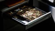 Britische Pence, amerikanische Cents, Euro-Münzen und Metro-Fahrkarten: Wer neben so einer Schublade arbeitet, hat zumindest immer Geld da.