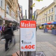Discountware: Werbung für Alltagsmasken in Offenbach, dem hessischen Corona-Hotspot