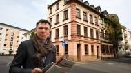 Gästeführer mit Diplom: Mikael Horstmann vor Fachwerkhäusern an der Ecke von Dreikönigsstraße und Oppenheimerstraße in Sachsenhausen.