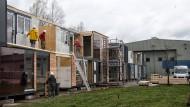 Flüchtlingsheim auf altem Flugplatz wird weitergebaut