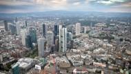 Überwachungszone: Nicht nur die Frankfurter Bankentürme stehen unter Beobachtung. Ob die Aufseher am Rand sitzen oder mittendrin, ist noch nicht entschieden.