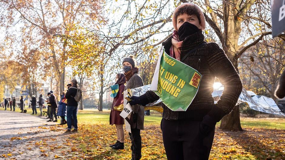 Plakativ: Einsatz für die Kultur per coronakonformer Menschenkette ohne Anfassen in Frankfurt