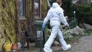 Spurensuche: eine Mitarbeiterin am Tatort in Alsbach-Hähnlein