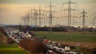 Umstritten: Neben der A 5 verlaufen zwei Stromtrassen - dort, wo ein neuer Frankfurter Stadtteil entstehen soll