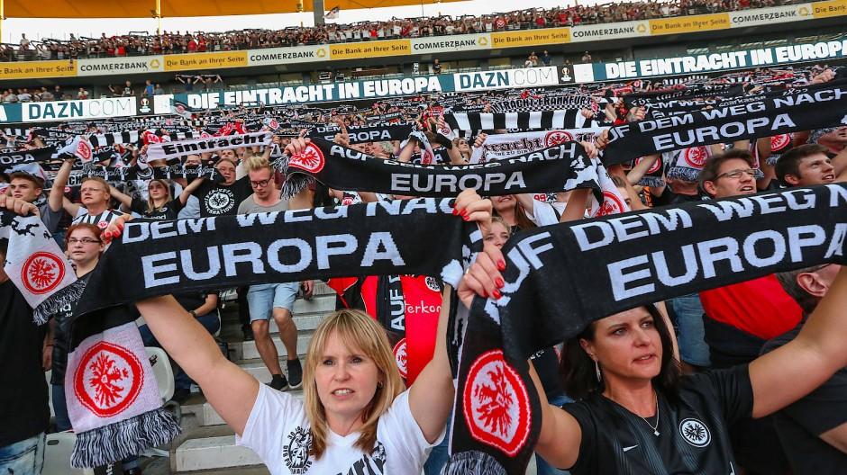 Die Fans der Eintracht können derzeit zwar nicht ins Stadion, wollen ihre Mannschaft trotzdem in die Champions League treiben.