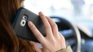 Ertappt: Betrunken, bekifft und auch noch mit dem Handy in der Hand ist eine 54 Jahre alte Autofahrerin durch Kassel gekurvt (Symbolbild)