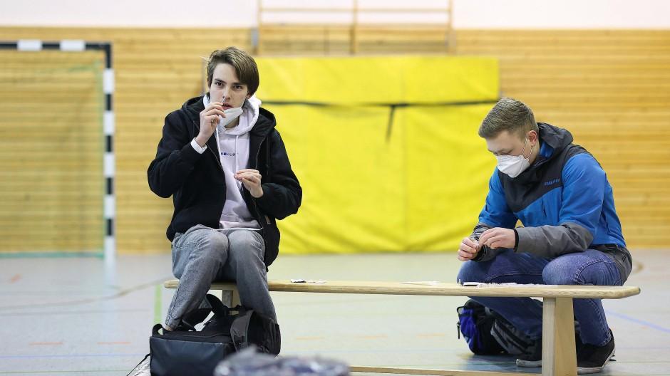 Kinderleicht: Ein Schüler in Magdeburg testet sich selbst auf eine Corona-Infektion mit einem Nasenabstrich.