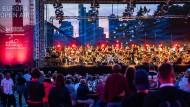 Das HR-Sinfonieorchester unter Leitung von Alain Altinoglu zwischen Publikum und Frankfurter Skyline