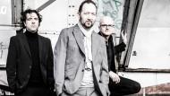 Trio: Gregor Praml (Mitte) mit dem Pianisten Jens Hubert (links) und dem Schlagzeuger Bernhard Schullan (rechts)