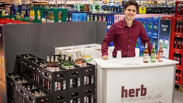 Martin Göttelmann - Der Jungunternehmer verkauft seine Herbert-Limonade im Scheck-in Edeka-Supermarkt im Frankfurter Ostend.