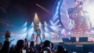 Die Monarchie lebt: Adam Lambert herrscht über die Frankfurter Festhalle.
