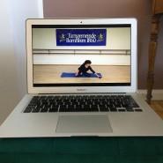 Win-Win-Situation: Virtuelles Yoga auf dem Wohnzimmer-Teppich, während nebenan in der Küche die Kartoffeln kochen.