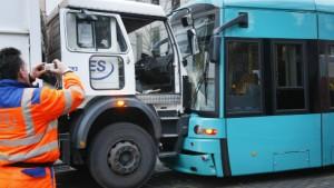 Fünf Verletzte nach Straßenbahnunfall in Frankfurt