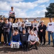 """Gemeinsam: Jugendliche an der Salzmannschule in Frankfurt mit Lehrerin Yasemin Karakacloglu beim Projekt """"Meine Zeitung"""" im Februar 2020"""