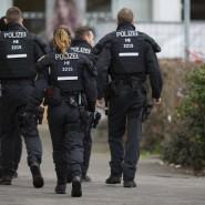 Einsatz: Polizisten am Tag nach dem Mordanschlag von Hanau. Zwei Autos des Vaters des mutmaßlichen Mörders gingen nun in Flammen auf.