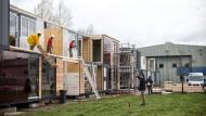 Haus im Grünen: Die Arbeiten an den Modulbauten am Alten Flugplatz Bonames laufen auf vollen Touren. An dem beliebten Frankfurter Auflugsziel sollen 350 Flüchtlinge eine Bleibe finden.