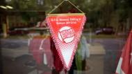 Ausverkauf: Der Kickers-Fanshop zeigt noch Flagge, aber die Zukunft des Traditionsklubs hängt am seidenen Faden.
