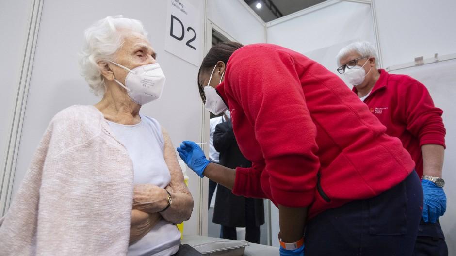 Impfzentrum in Betrieb genommen: Auch in Frankfurt wird nun gepiekst.