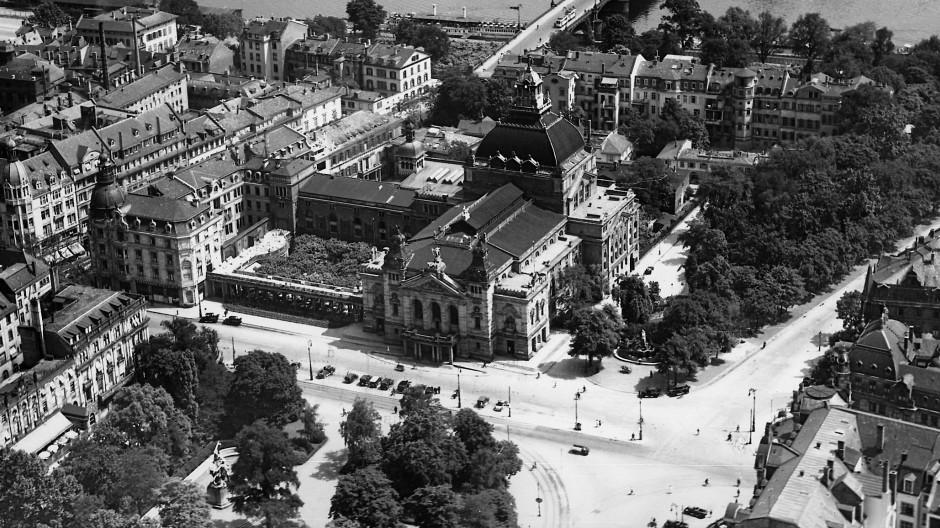 Frühe Luftaufnahme: So fügte sich das Schauspielhaus am Theaterplatz, heute Willy-Brandt-Platz, 1929 in Wallanlage und architektonisches Umfeld ein