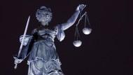 Die Figur der Justitia steht auch bei Nacht auf ihrem Platz, der des hessischen Generalstaatsanwalts bleibt aber vorerst unbesetzt.