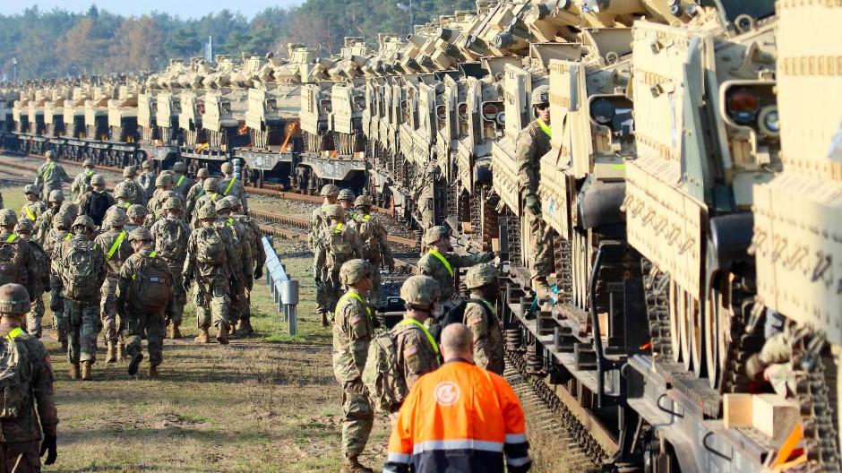 Verstärkung im Anmarsch: Amerikanische Soldaten entladen Ende Oktober schweres Gerät in Litauen.