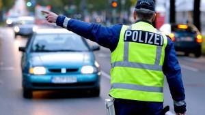 Einbrecher laufen Polizisten mit Tresor in die Arme