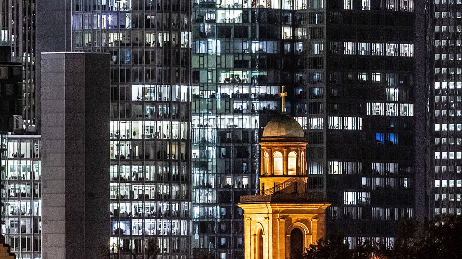 """Aus der Dunkelheit ins Licht: Die Paulskirche soll saniert und um ein """"Haus der Demokratie"""" ergänzt werden."""