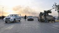 """Herrschaftsgebiet: Kämpfer des """"IS"""" stehen an einem Kontrollpunkt in der nordirakischen Stadt Mossul, die sie erobert haben. Das Foto stammt von Juni diesen Jahres."""