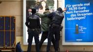 Drogen-Kontrolle: Zwei Polizisten der Frankfurter Bundespolizei kontrollieren einen mutmaßlichen Dealer in der B-Ebene des Hauptbahnhofs