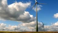 Nordhessen liegt im Plan: Auf einem Feld bei Istha im Kreis Kassel drehen sich schon Windräder.