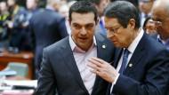 Der Grieche Alexis Tsipras (l.) lauscht Zyperns Präsident Nicos Anastasiades.